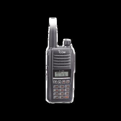 Radio Portátil Aéreo, rango de frecuencia 118-136.99166 MHz, 5W PEP, 200 canales alfanuméricos, pantalla de 8 caracteres, incluye bateria, cargador, antena y clip