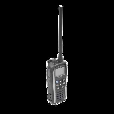 Radio portátil marino color gris metalico, Rx: 156.050-163.275MHz Tx: 156.025-157.425MHz, 550mW de salida de audio, IPX7 sumergible, flotante, incluye batería de 1500mAh, cargador, antena clip y correa de mano