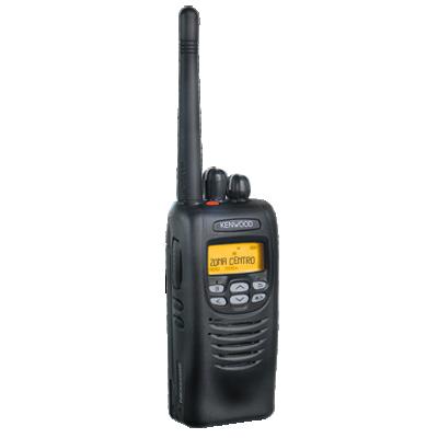 Digital, FM y Mezclado, 5 Watts, VHF 136-174 MHz, 512 canales, con pantalla de 14 caracteres y 6 teclas frontales programables. GPS interconstruido