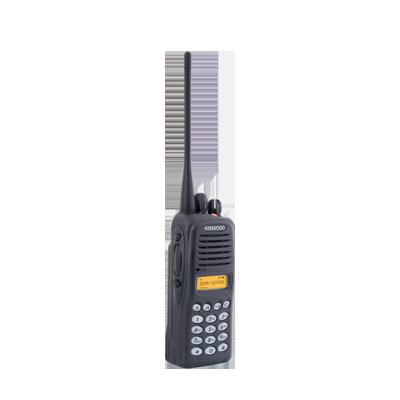 Radio analógico, 5 W, UHF 400-470 MHz, 512 canales, con pantalla, con DTMF. Requiere antena, batería y cargador.